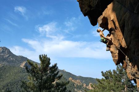 Klippeklatring på Korsika. Foto: Klatreeventyr.com