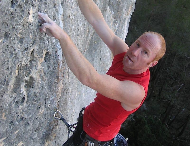Håkon Hansen klatrer på sitt hjemsted Biar i Spania.