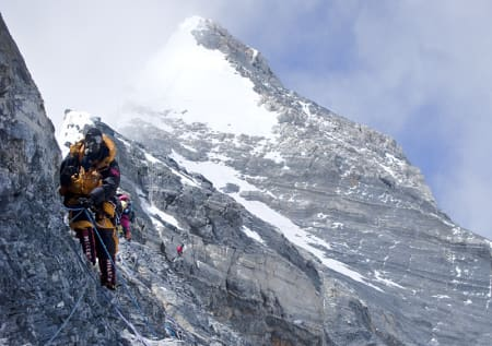 NÆR TOPPEN: Trå skimtes som en rød prikk i bakgrunnen på Second Step. I forgrunnen Lars Oma Erichsrud på retur fra toppen. Foto: everest09.no