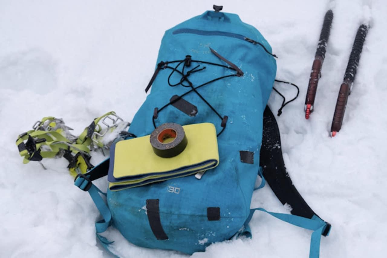 Smarte saker å ha med på klatretur: Spjelk og sportsteip. Foto: Marius Baade