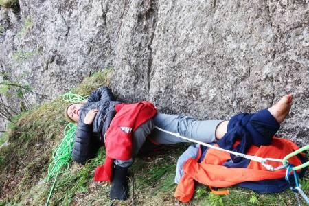 PLUTSELIG FALL: En av Norges beste klatrere, Paula Voldner opplevde at et tak brakk på Skjoldet (8-) på Kjerag. Hun falt ca 10 meter og slo i veggen med foten, som brakk rett over ankelen. Foto: Erik Grandelius