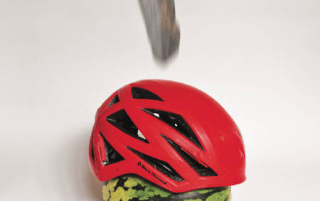 PRØVELSE: Stein, hjelm og melon ... en fin test. Foto: Nikolai Kolstad