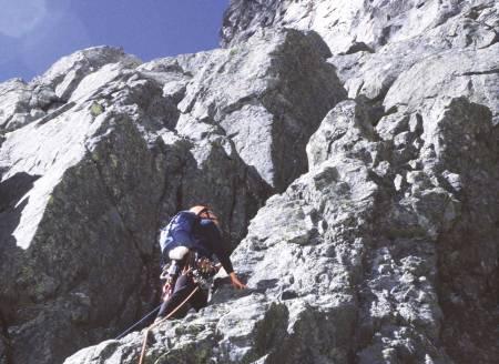 LØST FRA OVEN: Artikkelforfatteren speider etter sikringsmuligheter og vurderer terrenget på vei opp sydveggen på Store Skagastølstind, anno 2003