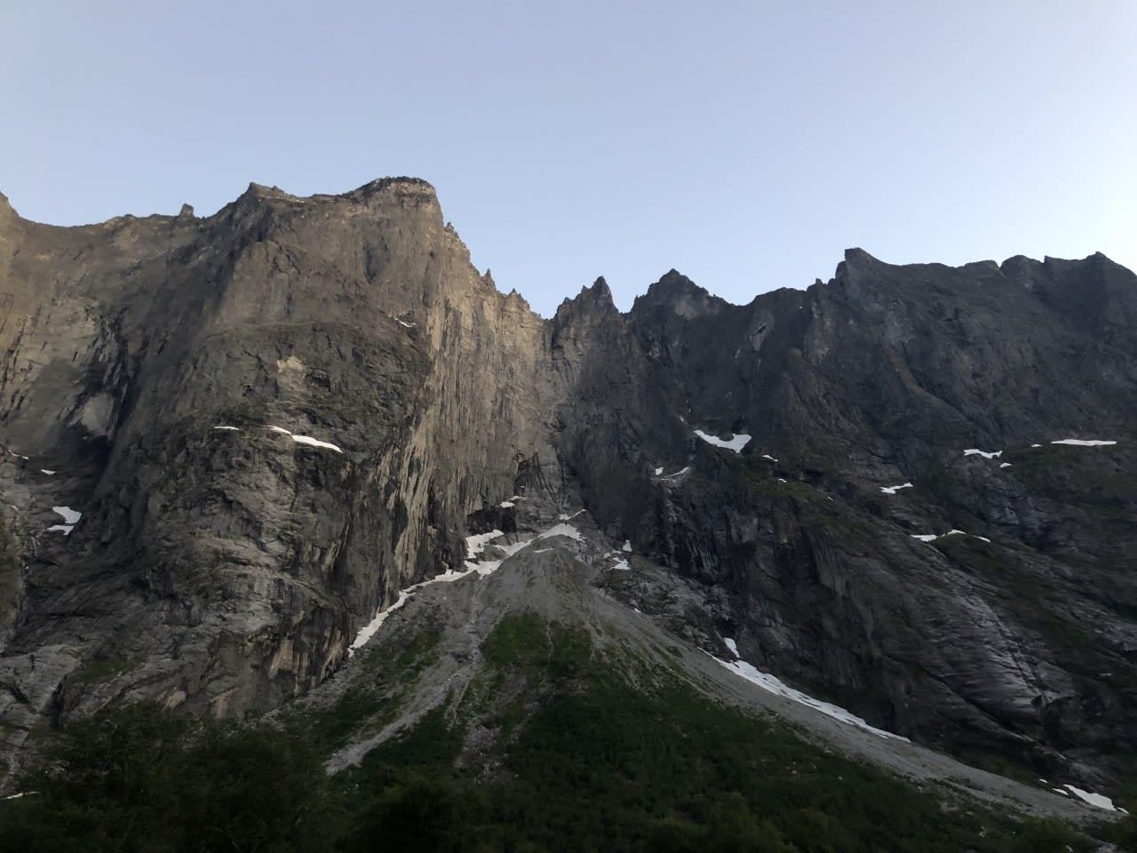 Trollveggen i Romsdalen er en 1700 meter høy fjellvegg. Flere av rutene er utsatt for steinsprang. Arkivfoto: Dag Hagen