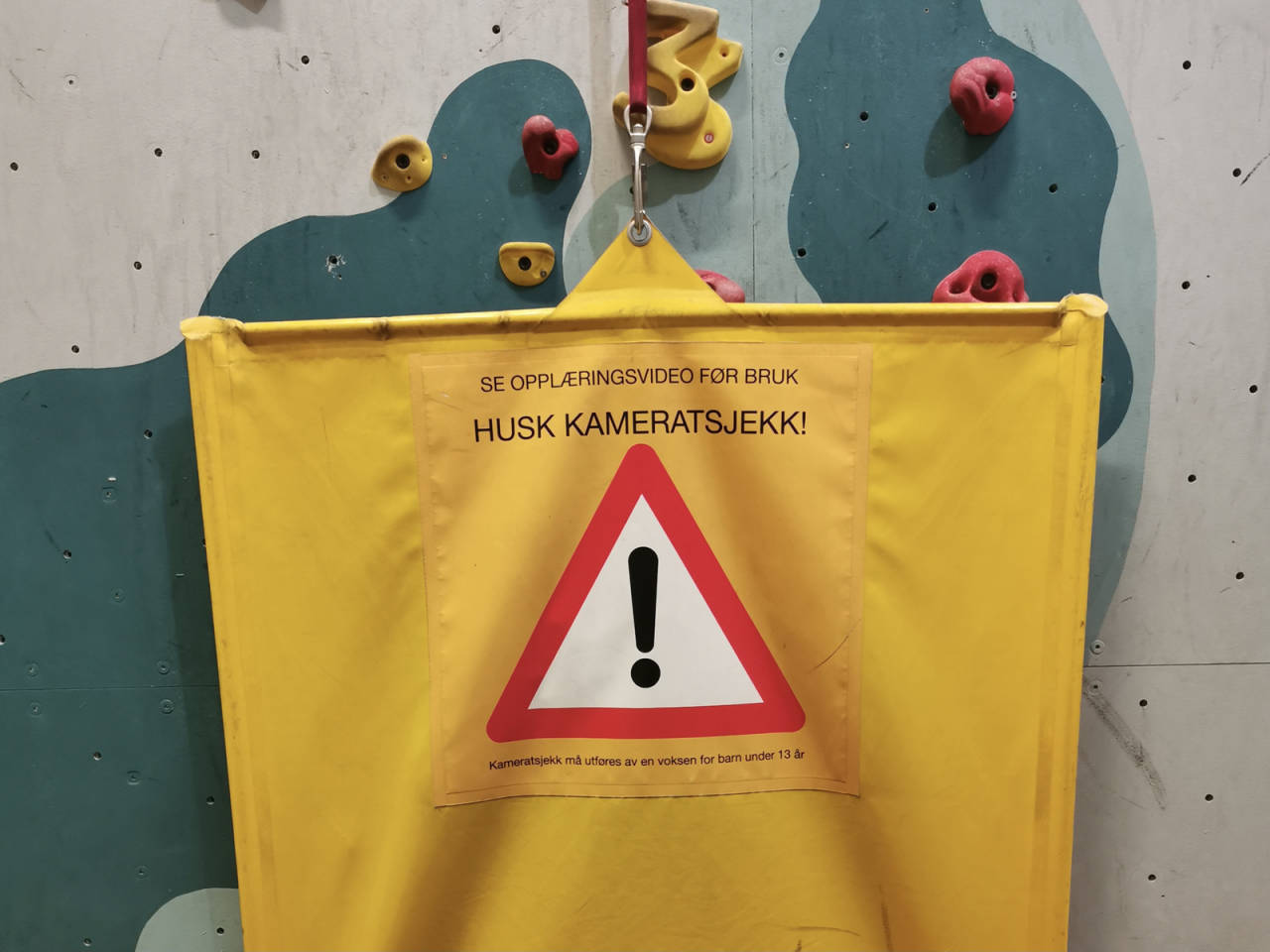 Eksempel på sperreseil på Oslo klatresenter. Både Krux klatring i Oppdal og Oslo klatresenter mener større seil kan forebygge ulykker med autobelay. Foto: Siri Gjendemsjø