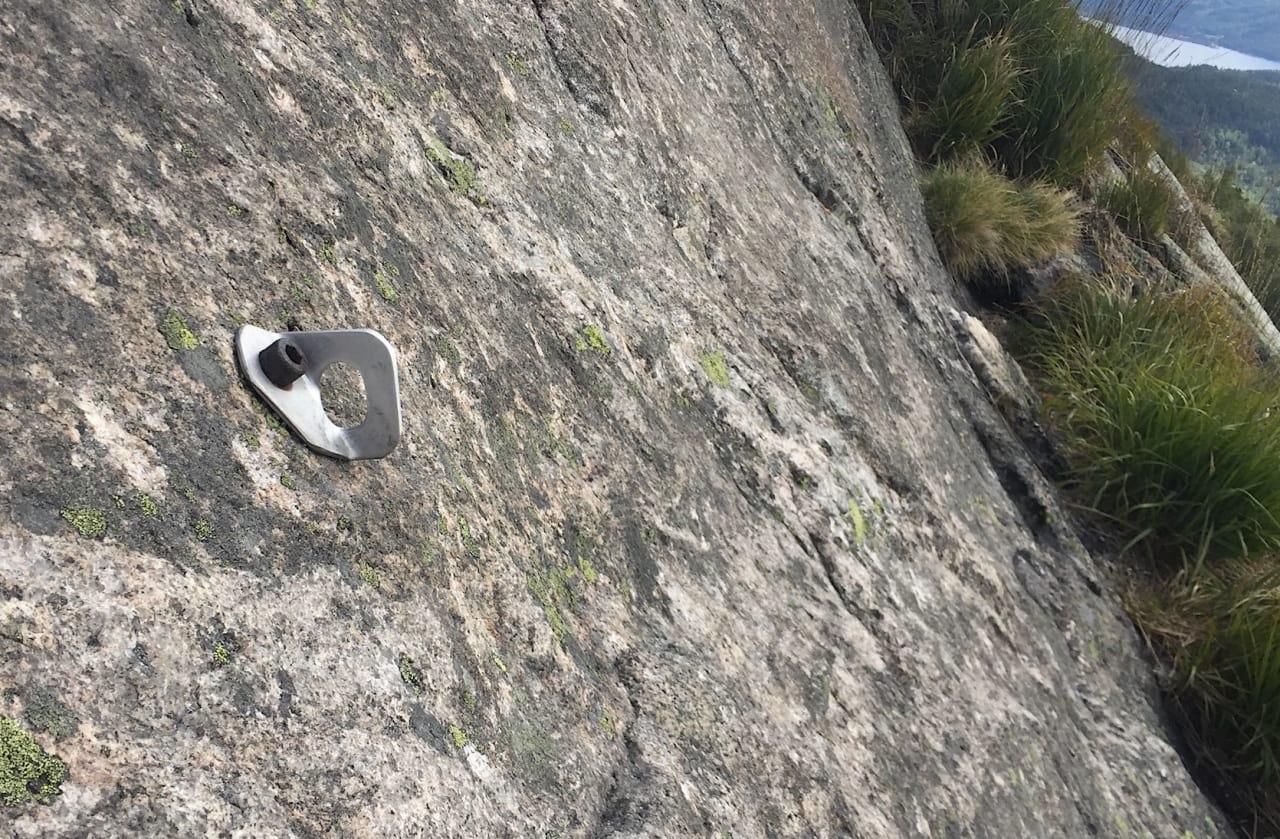 Standplass: Slik kan vi ikke ha det. En enkelt gammel bolt representerer hele standplassen på en rute på Hægefjell. Foto: Dag Hagen