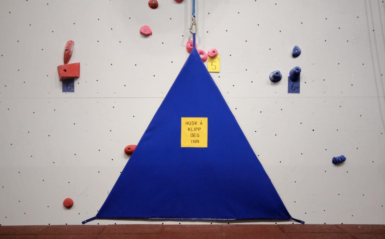 Det skulle være rimelig opplagt, men noen glemmer det allikevel; å klippe seg inn før man klatrer (!).