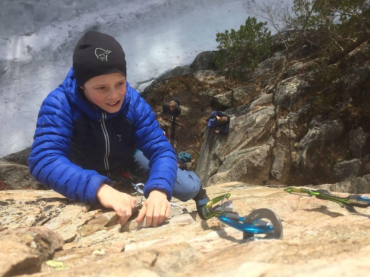 PÅ LED: 12-åringen Erlend Wassdahl Meirik klatrer på Ishoel i Oppdal. Foto: Tore Meirik