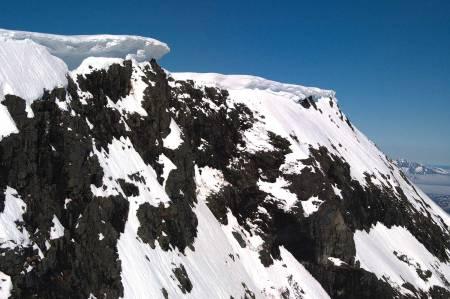 Bratt: Raset gikk ned renna bak den mest markerte skavlen.  Foto: Jørgen Melau, Lufttransport AS.