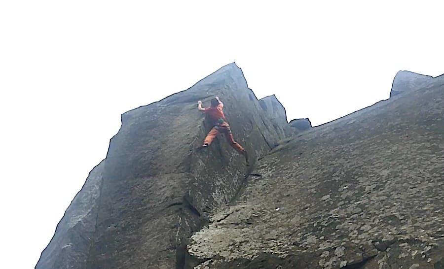 Michele Caminati rett før han faller på Elder Statesman (HXS 7a, dvs ca grad 9 norsk) på feltet Curbar Edge i Peak District. Foto: Skjermdump fra filmen