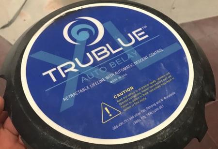 Dette dekselet falt av da True Blue-maskinen fikk et smell i veggen under fall. Det falt av og kunne godt ha truffet klatrere der nede. Foto: Leiv Aspelund