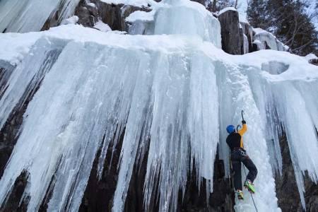 KALDT VANN: Vinterklatring er fantastisk, byr også på kalde møter med naturen. Det kan få alvorlige følger. Foto: Dirk Scholtholt