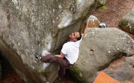 Highball: På Lady big Claque (7A+) i Fontainebleau trenger man både god spotting og solid padding. Begge deler er vel her så som så, når Jan-Fredrik Prytz bryter seg opp eggen. Foto: Dag Hagen