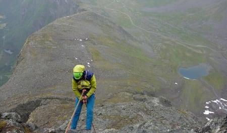 Å snu kan ofte kjennes som en tung beslutning. Men det er bedre å snu en hel del ganger for mye, enn å snu en gang for lite. Her rappell ned fra Romsdalshorn.