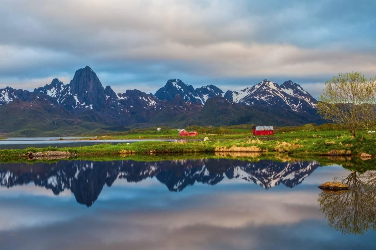 Reka - det høyeste fjellet til venstre i bildet. Foto: Lars Peter Myklebust