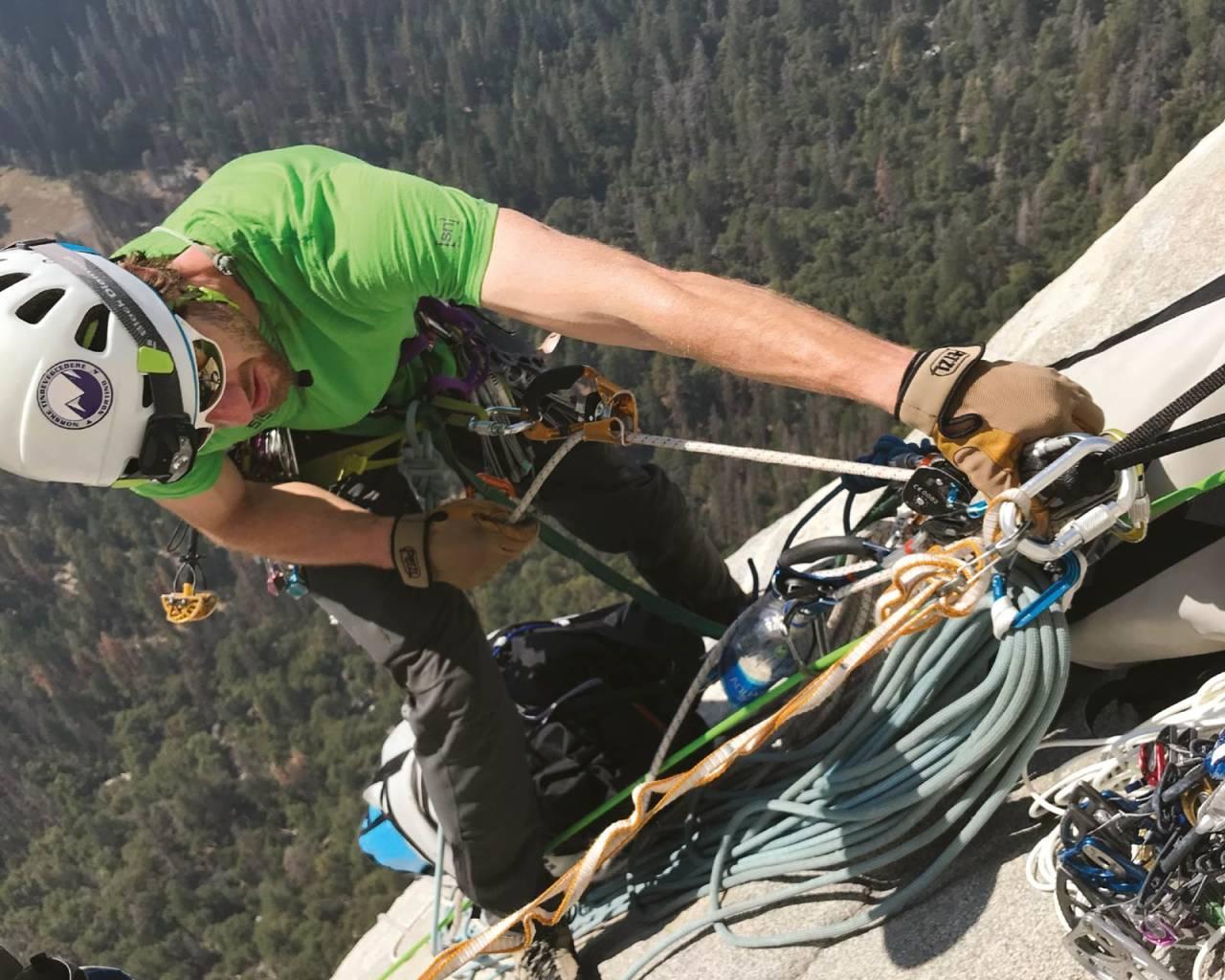 STORVEGG: Øyvind Salvesen ble god venn med jumarene under bestigningen av El Cap i Yosemite i 2017. Foto: Jon Egil Auestad