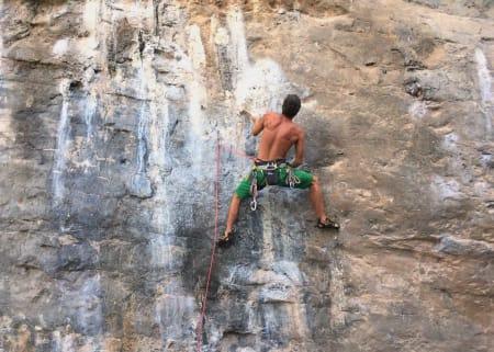God i varmen? Geir Evensen må ha shorts på Tyrolian Air (7c) på Ton Sai i Thailand. Foto: Dag Hagen