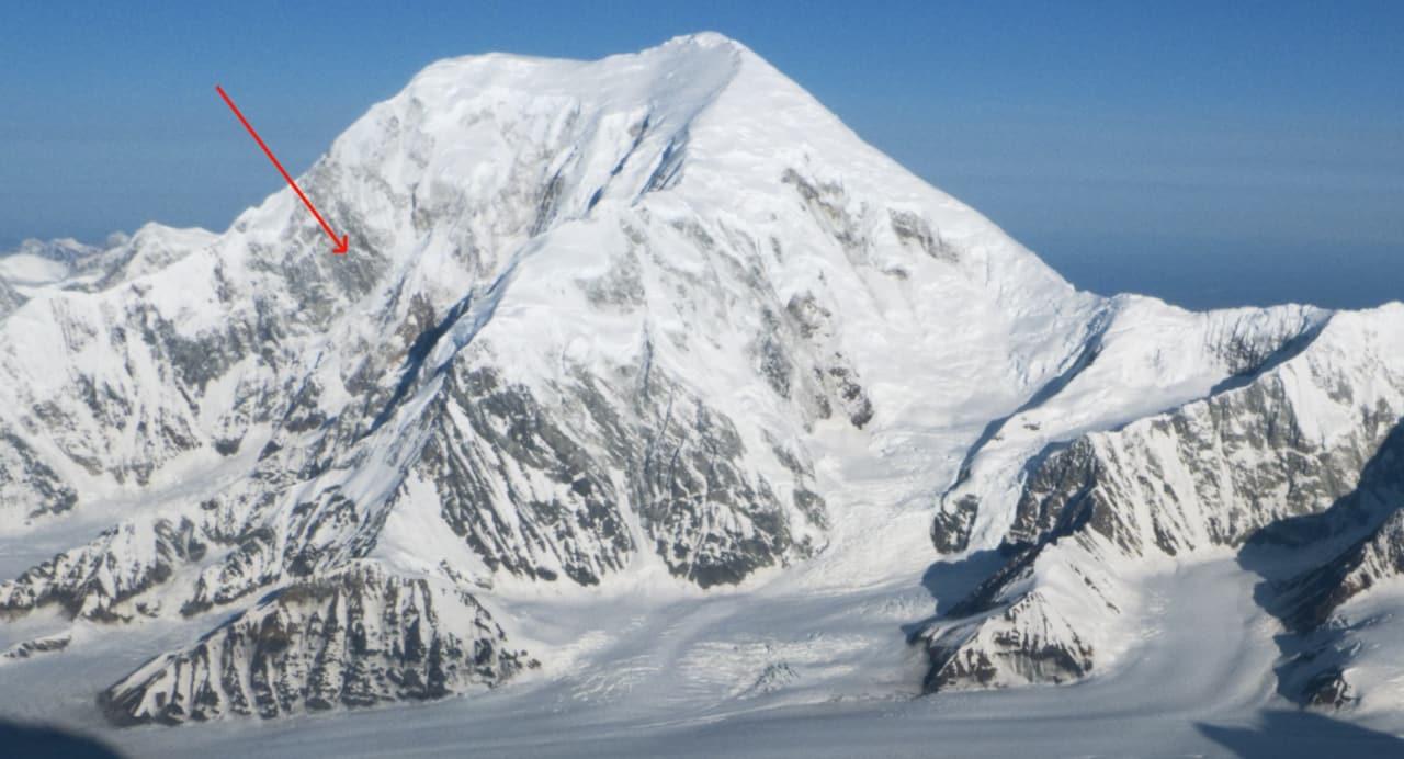 Her er Mt. Foraker (5304 moh) med pil som markerer linja som Bjørn-Eivind Årtun og Colin Haley førstebesteg. Bildet er tatt fra toppen av French Colouir på Mt. Hunter i 2009. Foto: Bjørn-Eivind Årtun
