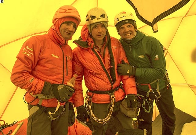 Ueli Steck, Jon Griffith and Simone Moro i camp 2. Foto: Jon Griffith
