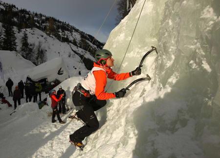 Tanja Schmitt klatrer inn til seier for damene. Foto: Dag Hagen