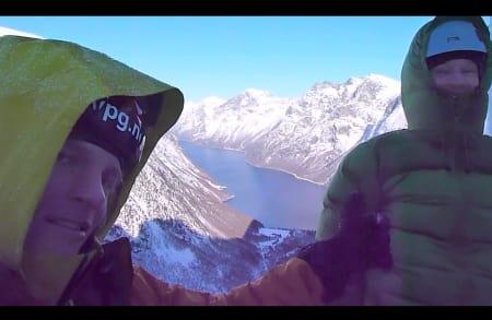 Joakim G. Eide viser tommelen opp på det som må ha vært en nydelig tur opp Mardalsfossen. Skjermdump fra filmen.