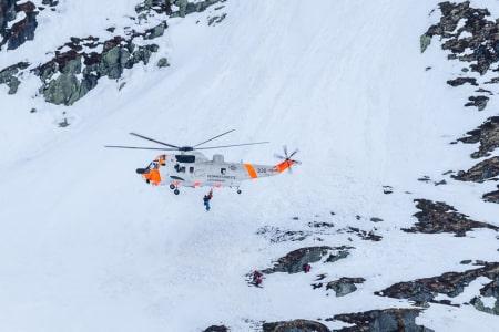 Her blir klatrerne heist opp til Sea King-helikopteret etter fallulykken i går. Foto: Steinar Bleken