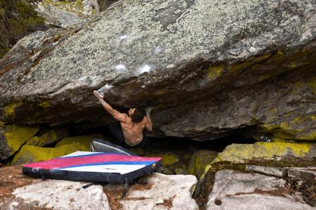 Eirik Thorsrud på Modern Caveman (7A+) – Fine overhengende flytt før man blir spyttet av på en teknisk mantling. Foto: Hans Rasmussen