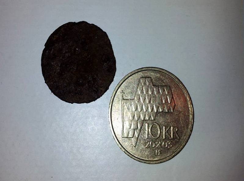 Mynten som ble funnet på Storen, sammen med en tier. Foto: Jørn Hofsø Hjellnes