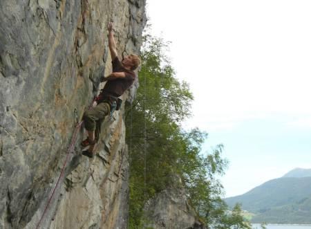 Sindre Sæther klatrer på Tunnelcragget ved Veblungsnes. Foto: Dag Hagen