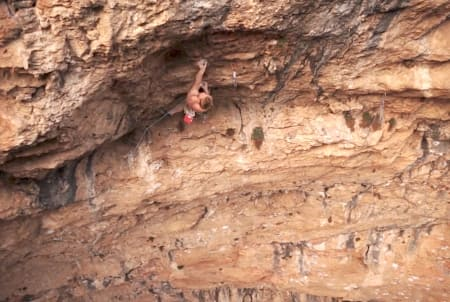 Magnus på Neandertal. Foto: Skjermdump fra filmen.