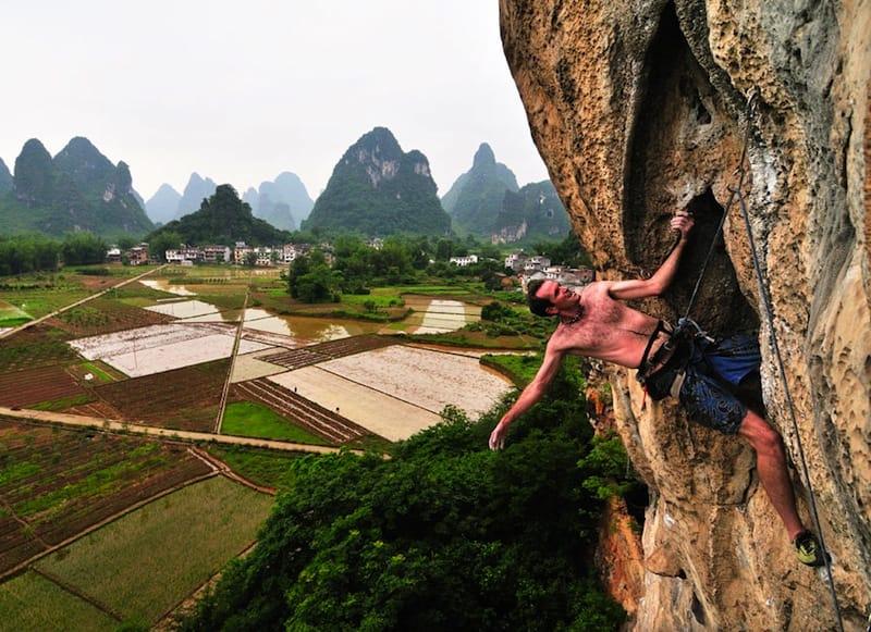 Hugh på Todd Skinners navnløse (7b), Banyan Tree, Yangshuo, China. Foto: UKClimbing.com