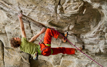 Adam Ondra klatrer på Flatanger. Foto: Lars Larson