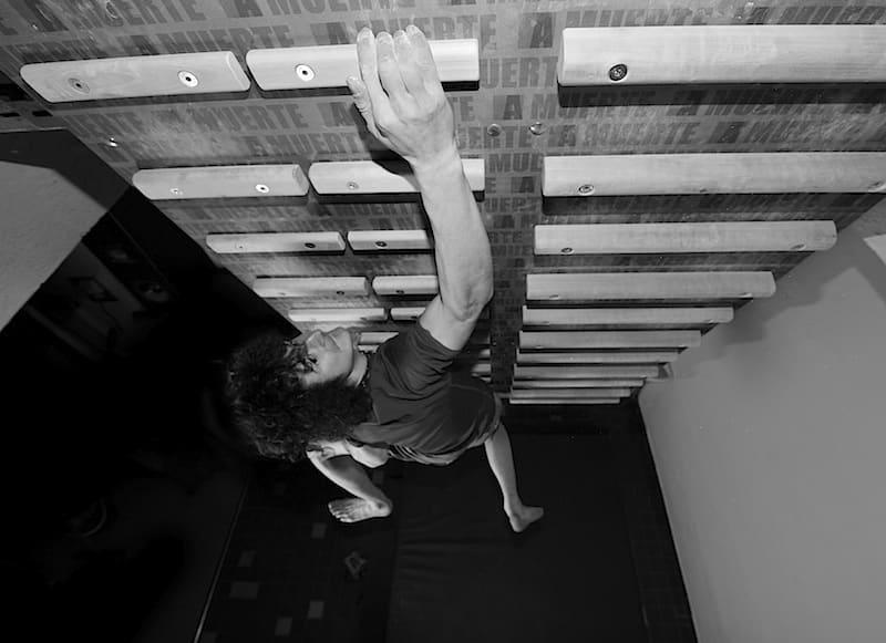 Adam Ondra trener på campus. Foto: Petr Piechowicz