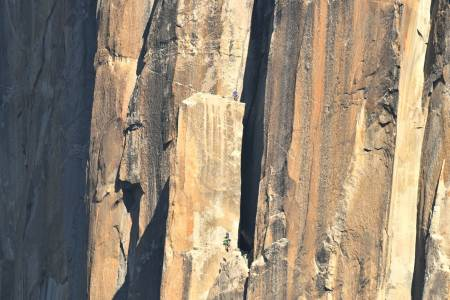 OPPTUR: El Capitan tiltrekker seg klatrere fra hele verden. Her er Paula Voldner og Mari Augusta Hotlien Salvesen ved The spire, omtrent halvveis i veggen. Foto: Tom Evans